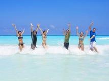 Spielen in den Ozean-Wellen Lizenzfreies Stockbild