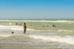 Spielen in den Wellen an Silvi Marina-Strand stockfoto
