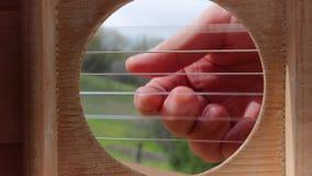 Spielen der Akustikgitarre stock footage