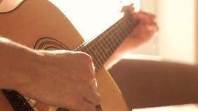 Spielen der Akustikgitarre stock video