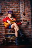 Spielen der Akustikgitarre Stockbilder