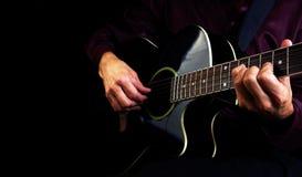 Spielen der Akustikgitarre Spielen Sie die Gitarre Stockfotografie