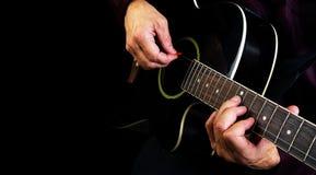 Spielen der Akustikgitarre Spielen Sie die Gitarre Lizenzfreie Stockfotos