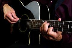 Spielen der Akustikgitarre Spielen Sie die Gitarre Stockbilder