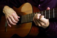 Spielen der Akustikgitarre Spielen Sie die Gitarre Lizenzfreies Stockfoto