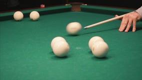 Spielen der Billiarde clip Ein Stichwort auf dem Ball durchbrennend, schlug der Ball die Tasche, der Ball schlug nicht die Tasche stock video footage