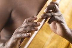Spielen der Flötennahaufnahme lizenzfreie stockfotografie
