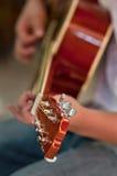 Spielen der Gitarre Stockbild