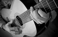 Spielen der Gitarre Lizenzfreie Stockfotografie