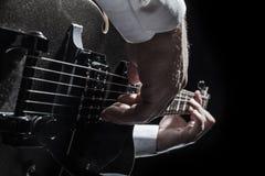 Spielen der Gitarre Stockfoto