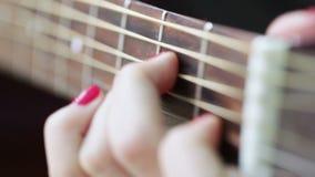 Spielen der Gitarre stock footage
