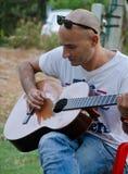 Spielen der Gitarre Stockbilder