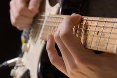 Spielen der Gitarre Stockfotografie