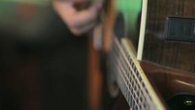 Spielen der Gitarre stock video footage