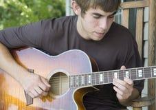 Spielen der Gitarre Stockfotos