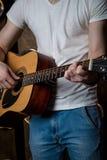 Spielen der Gitarre Akustikgitarre in den Händen des Gitarrist Vertical-Rahmens Stockbild