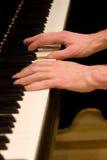 Spielen der großartiges Klavier-Tastatur Lizenzfreie Stockbilder