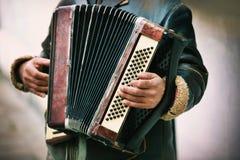 Spielen der Harmonika Lizenzfreie Stockbilder
