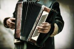 Spielen der Harmonika Lizenzfreies Stockfoto