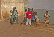 Spielen der Kinder im Gambia Stockbilder