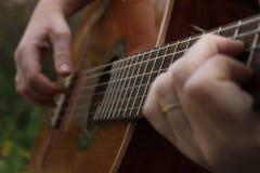 Spielen der klassischen Gitarre Lizenzfreies Stockbild