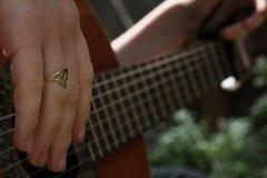 Spielen der klassischen Gitarre Lizenzfreie Stockbilder