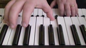 Spielen der Klaviertastatur stock footage
