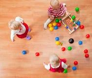 Spielen der Kleinkinder stockfotografie