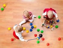 Spielen der Kleinkinder Stockfoto