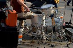 Spielen der Musikband Stockbild