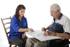 Spielen der Spiele mit den älteren Personen stockfotos