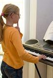 Spielen der Tastatur stockfoto