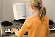 Spielen der Tastatur stockbild