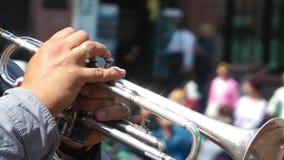 Spielen der Trompete stock footage