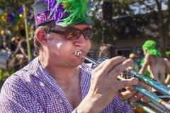 Spielen der Trompete in der Sommer-Sonnenwende-Parade Stockfotografie