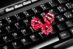 Spielen der Würfel auf Computertastatur Stockbild