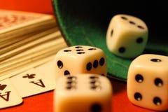 Spielen der Würfel und der Karten stockbild