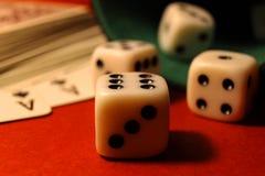 Spielen der Würfel und der Karten Stockfotografie