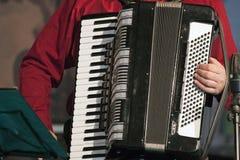 Spielen des accordeon Musikinstrumentes Lizenzfreie Stockbilder