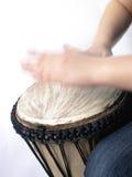 Spielen des afrikanischen handdrum Stockbild