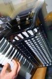 Spielen des Akkordeons lizenzfreie stockbilder