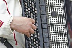 Spielen des Akkordeons Stockbilder