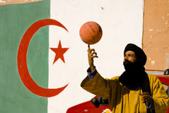 Spielen des Basketballs Stockbild