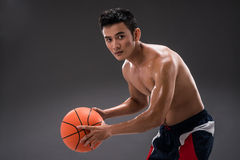 Spielen des Basketballs Stockfoto