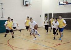 Spielen des Basketballs im Sportunterricht Lizenzfreie Stockfotos