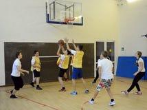 Spielen des Basketballs im Sportunterricht Lizenzfreies Stockbild