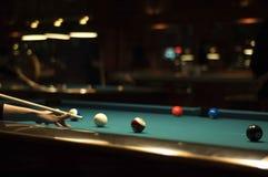 Spielen des Billiards Stockbild