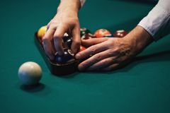 Spielen des Billiards Billardbälle auf grüner Billardtabelle Kaukasischer Spieler setzte Ball nach innen Lokalisiert auf whiye Hi Lizenzfreies Stockfoto