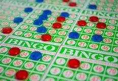 Spielen des BingoKartenspiels Stockfoto