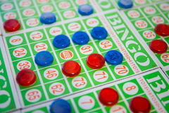 Spielen des BingoKartenspiels Lizenzfreies Stockbild